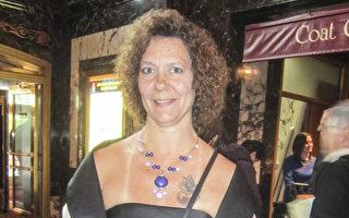 Jean Schultz 女士首次觀賞神韻演出,被神韻音樂感動落淚。 (李佳/大紀元)