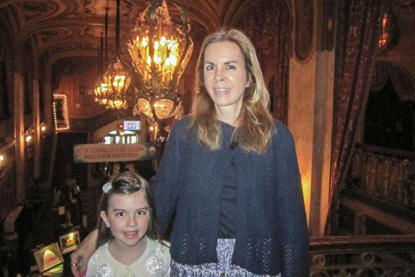 """2017年5月6日下午,作家伊丽莎白和女儿凯莉观看神韵演出后,用""""这将是我们永远难忘的经历""""来形容神韵。(李佳/大纪元)"""