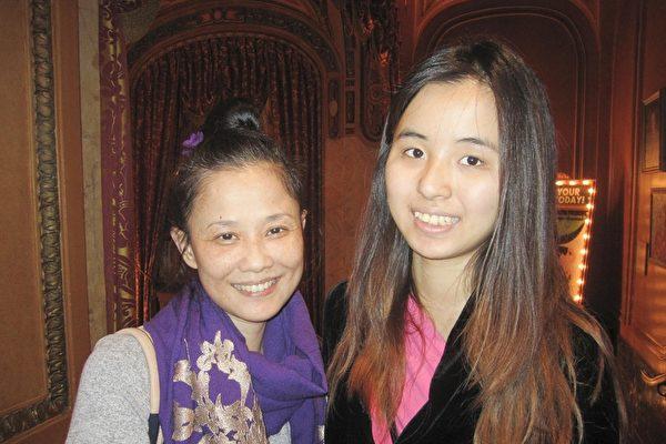 中国留学生韦女士和母亲一起观看神韵,她们被演出深深地感动了。(大纪元/李佳)
