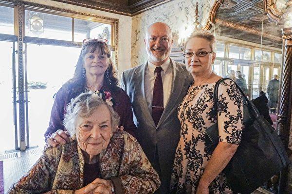 """银行主管Kathleen Sparr和家人期待神韵已久,终于如愿以偿,赞叹神韵之美""""无法用语言表达""""。(温文清/大纪元)"""