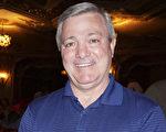 美国俄亥俄州学校系统退休和养老金投资部门资深投资官员Phil Roblee在哥伦布市俄亥俄剧院观看神韵演出 (Valerie Avore/大纪元)