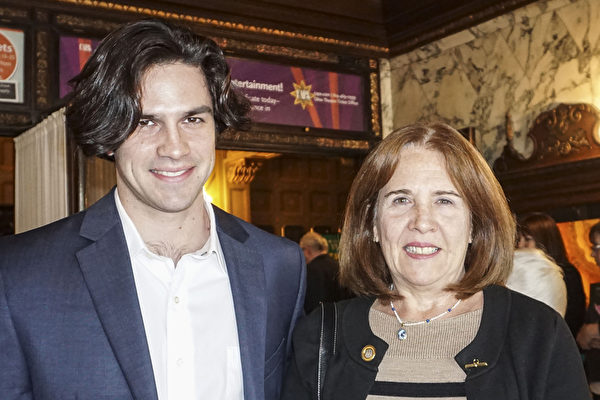 Eugenia Bacalao-Romer女士和她的儿子观看了周六下午的演出。(Valerie Avore/大纪元)