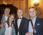 大学生Ryan Zlatanova和父母、妹妹一起观神韵(海伦/大纪元)