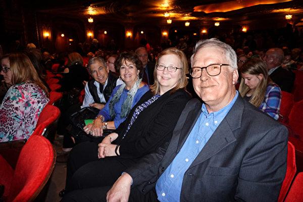 俄亥俄州最大淡水鱼农场主Dave Smith博士(右一)和太太(右二)及朋友观看神韵。(温文清/大纪元)