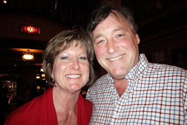 工程师Scott stone 和妻子Nancy喜欢神韵赋予启迪性的精神内涵。(李佳/大纪元)