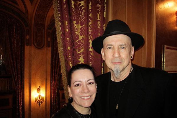 音乐人 Sebastian Black 先生与夫人 Iris 女士观看演出后,对神韵音乐赞不绝口。(李佳/大纪元)
