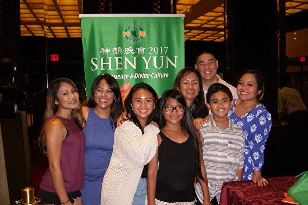5月6日晚,零售经理Chastity Chun一家8口观看神韵纽约艺术团在美国夏威夷檀香山布里斯戴尔音乐厅的演出,让全家人喜出望外。(于丽丽/大纪元)