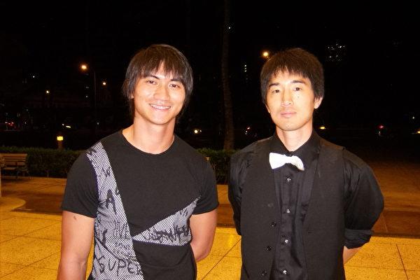 贝斯乐手David Liu和华裔女友Nathan Young对神韵的现场音乐和舞蹈的完美合作表示钦佩。(于丽丽/大纪元)