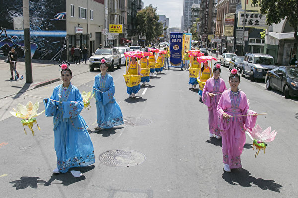旧金山法轮功学员庆祝法轮大法传世25周年