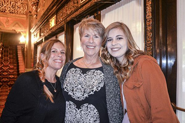 Kathy Murdock女士(中)和女儿Amy Maynard(左)及孙女Kylah Maynard(右)(海伦/大纪元)
