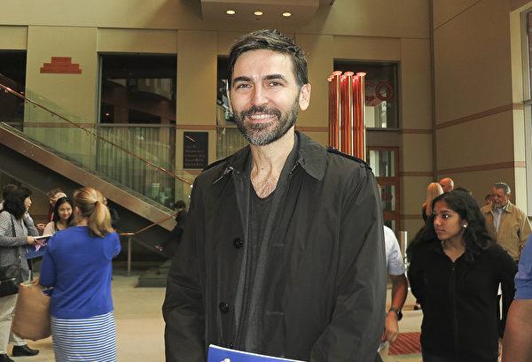 5月7日下午,国际模特人才管理公司老板Mark Luburic趁来纽约开会期间,在新泽西纽瓦克观看了神韵演出。(林南宇/大纪元)