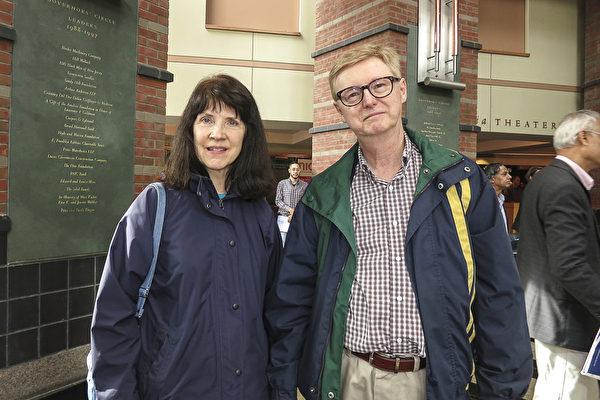 5月7日下午,在美国劳工部工作的Karen和丈夫Walter 观看了神韵国际艺术团在新泽西州的最后一场演出。(林南宇/大纪元)