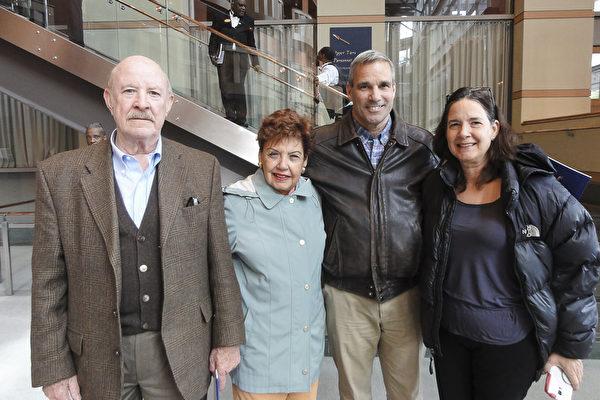 """2017年5月7日下午,儿科医生Marta Zeb女士(右一)与丈夫Jose Lopez先生(右二)以及父母一起观看了神韵在新泽西的最后一场演出,当天是Jose Lopez先生的生日,他表示, """"看神韵是最好的生日礼物。"""" (苏菲/大纪元)"""