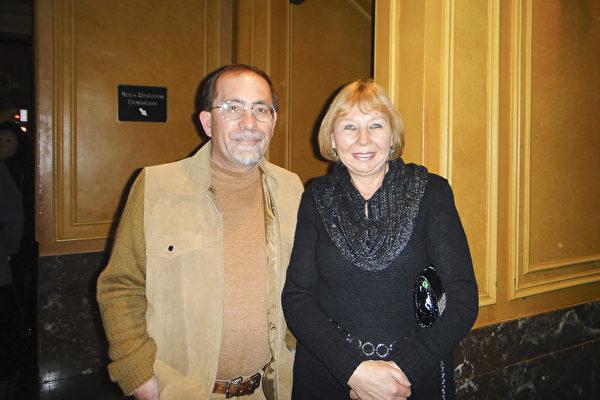 Peter Krasnov和太太Olga观看了当天的演出后,他们盛赞神韵的一切都很卓越。(滕冬育/大纪元)