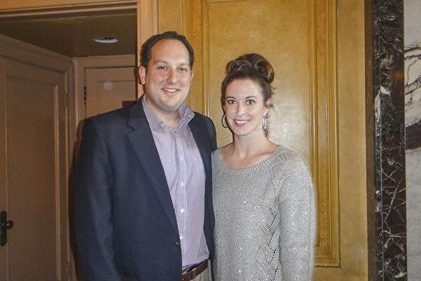 "Anthony Lelito先生和Alison Drake女士观看了当天的演出后表示,""神韵演出非常具有力量""。(滕冬育/大纪元)"