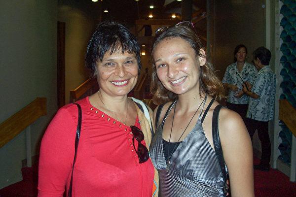 摄影师Sophia Roud(右)和从事房产中介的母亲Ellen Roud一同观看了神韵纽约艺术团在檀香山布里斯戴尔音乐厅的第三场演出。(周容/大纪元)