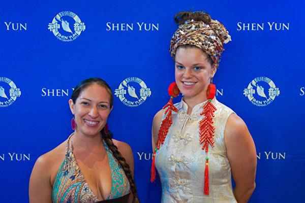 夏威夷火舞演员Morgana De Partee说神韵正如其名,是神在用动作表达。(新唐人电视台)