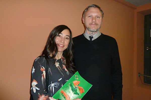 媒体编辑Patrick Wilke先生和太太Elena Wilke-Han一同观看了神韵世界艺术团于5曰8日在柏林波茨坦广场剧院 (Theater am Potsdamer Platz) 上演的第一场演出。(文婧/大纪元)