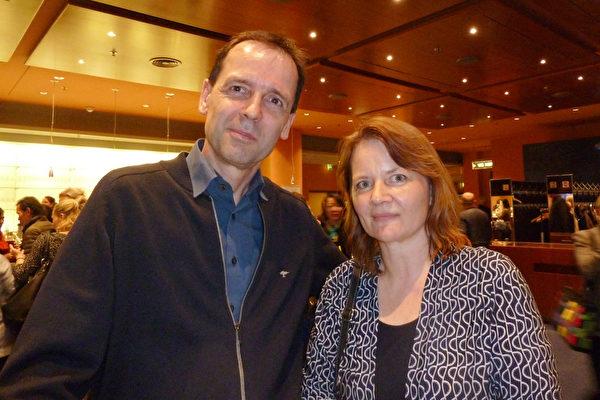 2017年5月8日晚,柏林观众Jan Michalke与Janina Michalke夫妇,一起观看了美国神韵世界艺术团在波茨坦广场剧院 (Theater am Potsdamer Platz)的演出。(文婧/大纪元)