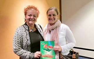 2017年5月8日人力资源公司的经理Petra Maleska女士和女儿Alexandra Maleska观看了美国神韵世界艺术团在德国柏林波茨坦广场剧院的演出。(余平/大纪元)