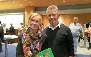 2017年5月8日,房地产经纪人Karl-Heinz Heuschkel先生和太太SigrunHeuschkel观看了美国神韵世界艺术团在德国柏林波茨坦广场剧院 (Theater am Potsdamer Platz)的演出。(余平/大纪元)