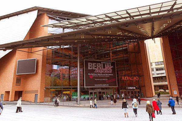 5月8日晚,柏林电影节的主会场—波茨坦广场剧院(Theater am Potsdamer Platz)迎来了神韵世界艺术团今年在德国首都的首演。(Matthias Kehrein/大纪元)