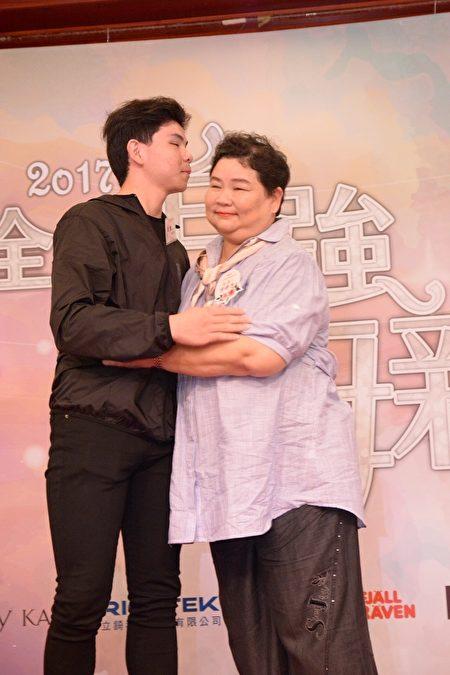 自强母亲徐婷惠与儿子。(嘉义家扶提供)