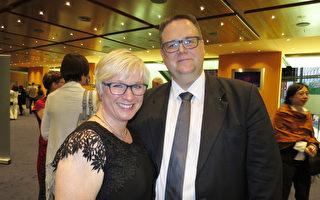 2017年5月9日晚,柏林觀眾Katja Fahnenschmidt和Frank Hohensee一同觀賞了美國神韻世界藝術團在波茨坦廣場劇院 (Theater am Potsdamer Platz)的第二場演出。(黃芩/大紀元)