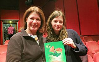 2017年3月9日晚Antje Maitan和女儿Stella一同观赏了神韵世界艺术团在柏林的第二场演出。(余平/大纪元)