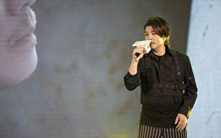 """阿杜5月9号在北京举行""""为爱承诺""""签约暨新歌首唱会,温暖献唱新歌《一诺千年》。(种子提供)"""