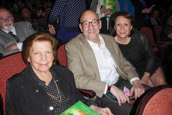 女企业家Regina Broudy(右一)与先生和婆婆都为神韵深深陶醉。(良克霖/大纪元)