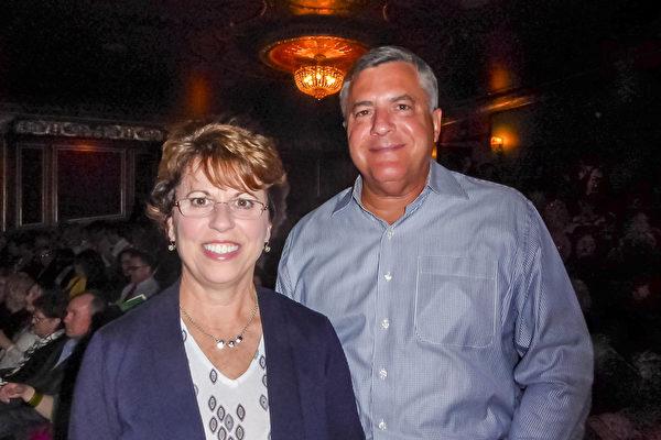 金融公司老板Glenn Main和太太都说,我们爱上了神韵。(良克霖/大纪元)