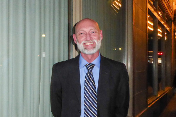 """5月9日晚,匹兹堡警官Lewis Ferguson观看了神韵北美艺术团在宾州匹兹堡市的本尼德表演艺术中心的首场演出,并表示""""世界大部分文化都植根于中国""""。(良克霖/大纪元)"""
