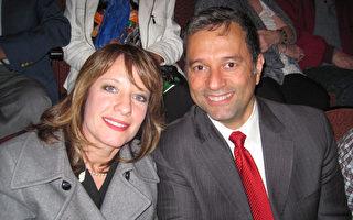 建築師Rick Casper和他太太Karen Caspe5月9日晚在本尼德表演藝術中心觀看了神韻北美藝術團的演出。(童雲/大紀元)