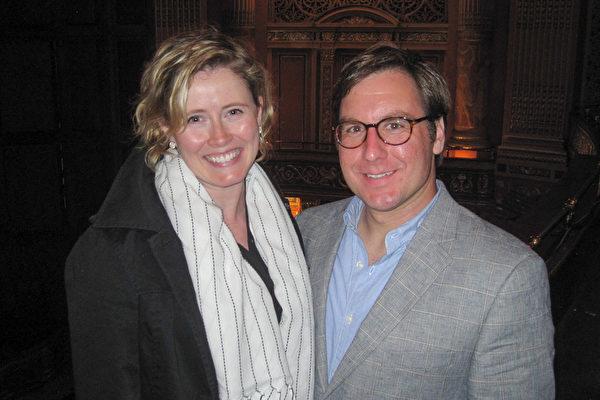 5月9日晚上,瑜伽老师Gail Safzik女士跟朋友观看了北美神韵艺术团今年在美国匹兹堡的第一场演出。(童云 /大纪元)