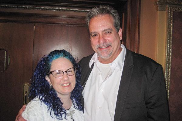平面设计师Michelle Rohm与她的先生Rick Rieger都非常喜欢神韵演出的节目。(童云/大纪元)
