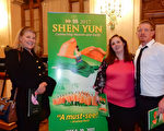 公司业主Bonnie Brand(左)和另一家公司业主Brenda Star(右二)及其朋友Steve Ohh看完神韵演出后赞叹不已。(肖捷/大纪元)