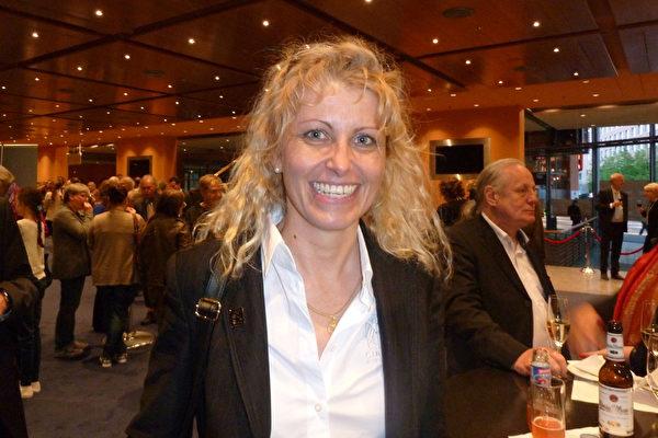 飞行员Antoinette Sontheimer于5月10日在柏林观看了当地最后一场神韵演出,感受到了更高生命的存在。(文婧/大纪元)