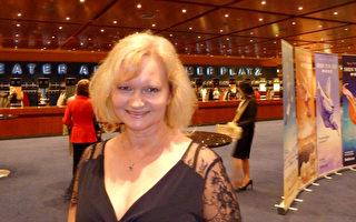 Christin Wolfkram女士終於完成多年夙願,於5月10日在柏林觀賞了神韻演出。(文婧/大紀元)