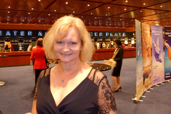 Christin Wolfkram女士终于完成多年夙愿,于5月10日在柏林观赏了神韵演出。(文婧/大纪元)