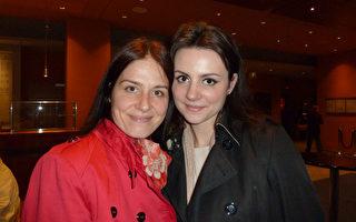 Sanja Husaina(左) 和妹妹Anna-Maria Husaina 一同觀賞了神韻世界藝術團在柏林波茨坦廣場劇院 (Theater am Potsdamer Platz)上演了當地的第三場演出。(文婧/大紀元)