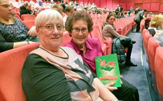 2017年5月10日,Barbara Raupp(右)和女友Jutta Buchholz觀賞了神韻世界藝術團在柏林波茨坦廣場劇院今年的第三場演出。(余平/大紀元)