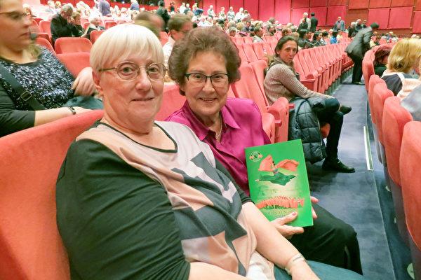 2017年5月10日,Barbara Raupp(右)和女友Jutta Buchholz观赏了神韵世界艺术团在柏林波茨坦广场剧院今年的第三场演出。(余平/大纪元)