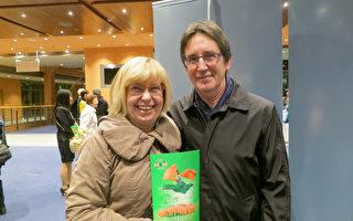 Delia Kohlschmidt和先生於2017年5月10日晚一起觀看了美國神韻世界藝術團在柏林波茨坦廣場劇院的演出。(余平/大紀元)