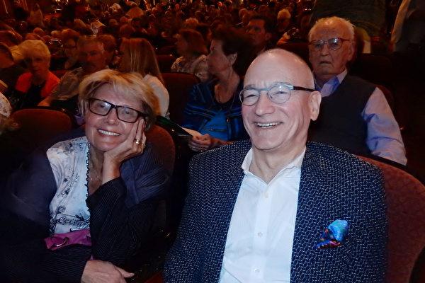 2017年5月10日下午,心理医生Ken Stanko和妹妹Rita Stanko 一起观看了神韵北美艺术团在匹兹堡的演出。(肖捷 大纪元)