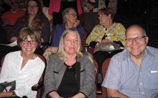 政府部門工程主管Richard Unger (右)與女友、 電腦科學家Audrey Glowacki(左),及姐姐Brunner一起觀看了5月10日下午神韻北美藝術團在美國賓州匹茲堡的本尼德表演藝術中心的第二場演出。(童雲/大紀元)