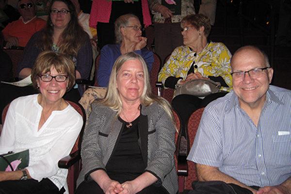 政府部门工程主管Richard Unger (右)与女友、 电脑科学家Audrey Glowacki(左),及姐姐Brunner一起观看了5月10日下午神韵北美艺术团在美国宾州匹兹堡的本尼德表演艺术中心的第二场演出。(童云/大纪元)