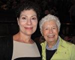 5月10日下午,Dawn Cooper和Rose Hogan一起观看了神韵北美艺术团今年在匹兹堡的第二场演出。(童云/大纪元)