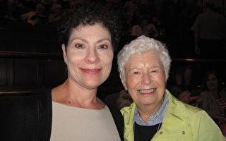 5月10日下午,Dawn Cooper和Rose Hogan一起觀看了神韻北美藝術團今年在匹茲堡的第二場演出。(童雲/大紀元)