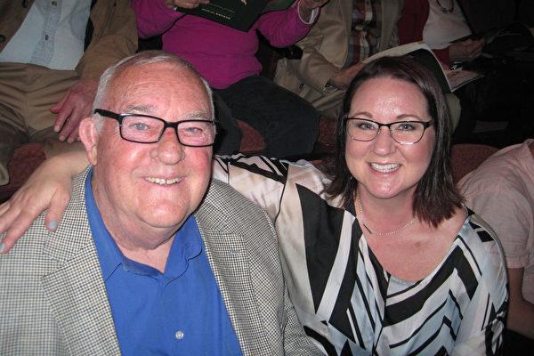 David Richie与太太Dianne Richie看完神韵北美艺术团5月10日下午的演出后对神韵赞叹不已。 (童云/大纪元)